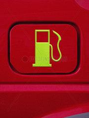 Gruenes Zapfsaeulensymbol auf dem Tankdeckel eines Autos