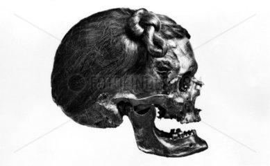 Totenschaedel mit Haaren
