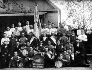 Sportverein mit Musikgruppe  1903
