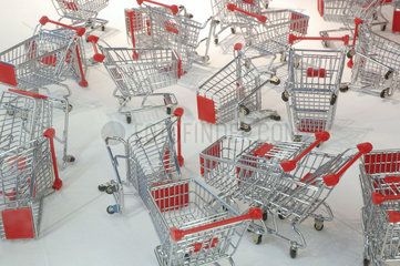 viele Einkaufswagen - Konsum
