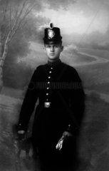 Mann mit Polizeiuniform