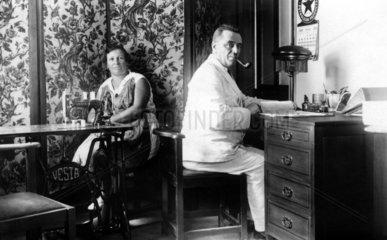 Frau Naehmaschine Mann Schreibtisch