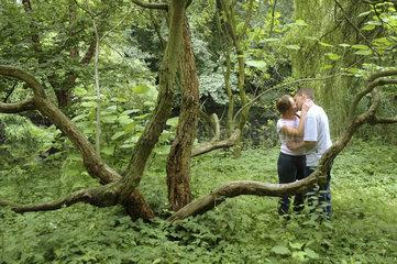 kuessendes Paar im Wald
