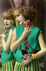 Frau steht vor Spiegel 1920