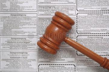 Holzhammer vor Anzeigen zur Zwangsversteigerung