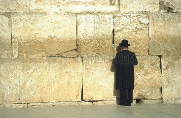 Mann betet an der Klagemauer