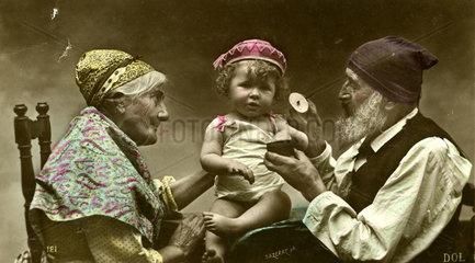 Oma und Opa mit Enkel 1910