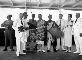 Maenner als Afrikaner verkleidet