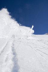 Skifahrer stuerzt und loest Lawine aus