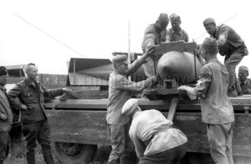 Soldaten transporten Bomben