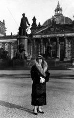 D-Berlin  ca. 1930  Frau vor Reichstag Bismarck