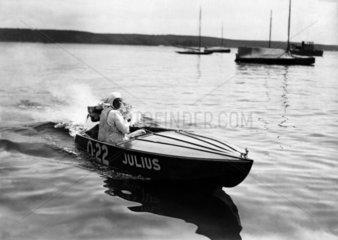 Mann im Motorboot