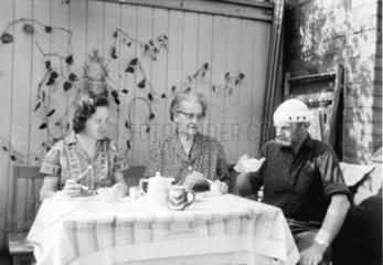 Drei am Kaffee trinken
