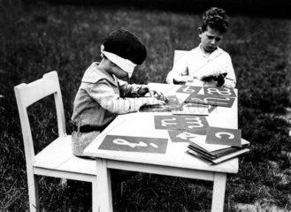 Zwei Jungen beim ABC-Spiel