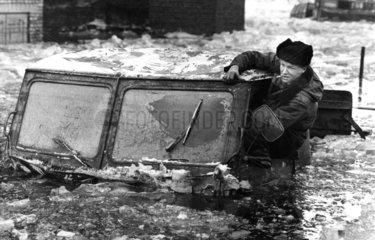 Auto in Eis und Wasser