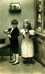 Junge und Maedchen als Bedienstete