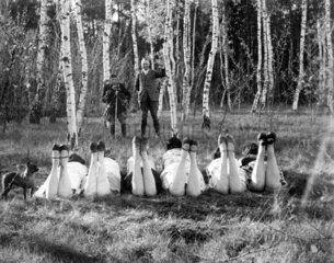 Mann fotografiert 6 Frauen
