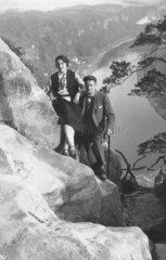 Mann und Frau klettern