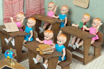 Maedchenklasse  Schule  Puppenstube  1955