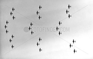 Flugzeugformation am Himmel  1940