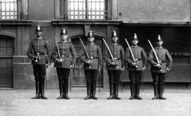 sechs Polizisten mit Saebel stehen von gross nach klein 1918