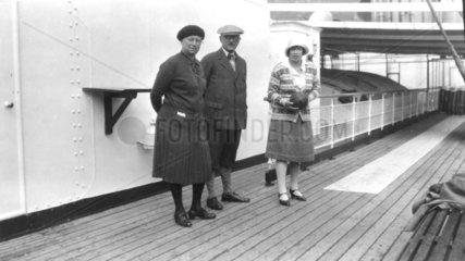 Drei Menschen auf Schiff