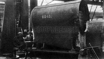 Arbeiter bauen an einer Lokomotive