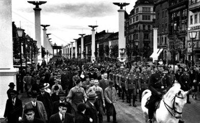 Berlin 1938 Strasse mit Nazischmuck