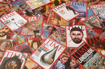 Haufen von Ausgaben des Time - Magazine