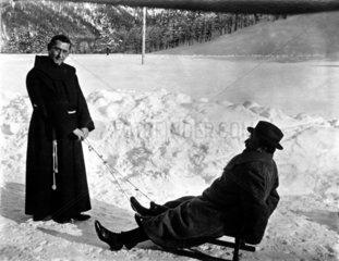 Moench und Mann im Schnee