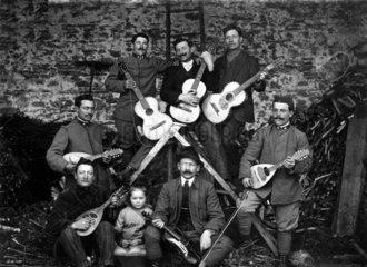 Maennergruppe spielt Gitarre