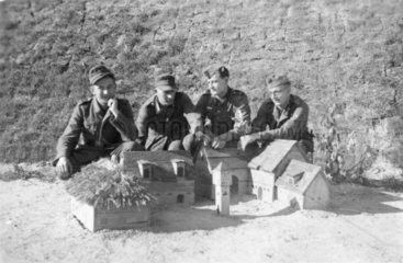 Soldaten bauen Miniaturhaus