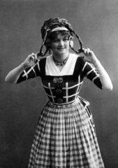 junge Frau Tracht Holland Zoepfe