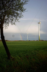 Windkraftwerk vor Regenbogen