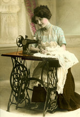 Frau Naehmaschine
