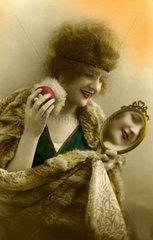 Frau guckt in Spiegel