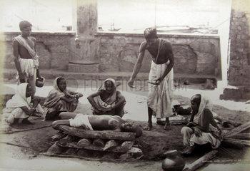 Indien  Kalkutta  Menschen verbrennen eine tote Frau  ca. 1880