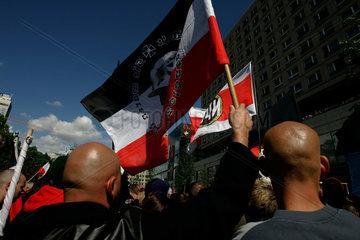 Anhaenger der rechtsradikalen NPD auf einer Demonstration