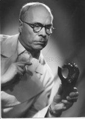 Doktor mit Prothese
