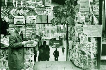 Italien - Genua Zeitungsstand mit Blick in die Altstadt