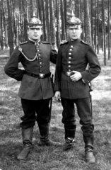 Zwei Soldaten mit Helm