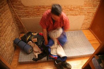Pilger legt sich in Schlafsack Jakobsweg - Camino de Santiago