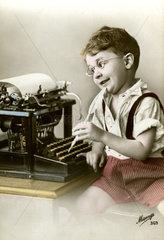 Junge an Schreibmaschine