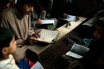 Kinder studieren den Koran in einer Koranschule.