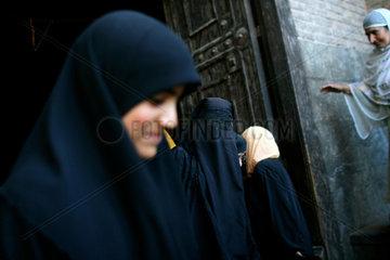 Glaeubige beten in der Jama Masjid Moschee