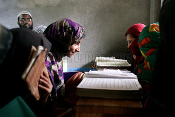 Kinder in einer Medrese studieren den Koran