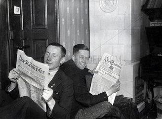 zwei lesen Zeitung