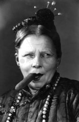 alte Frau mit Zigarre