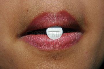 Frau schluckt Tabletten