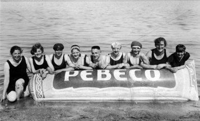 Leute machen Werbung am Meer 1926